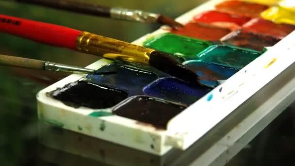 children draw paints