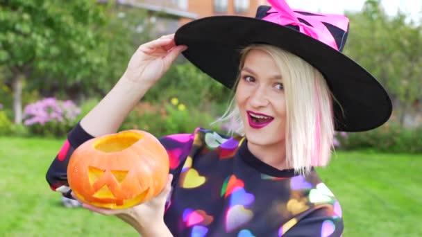 Mladá žena čarodějnice klobouk a s Andělěm jack na Halloween párty