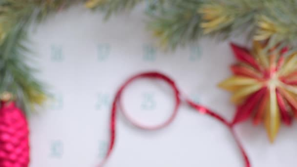 Karácsonyi nap a naptári oldalon ünnepi dekorációval