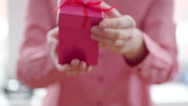 Nő megnyitása üdülés ajándék piros szalaggal, és belső fény