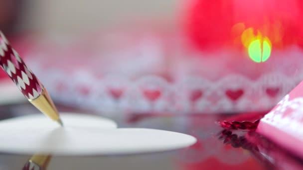 Valentine psaní s červeným perem na Valentýna