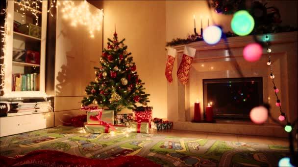 Malý chlapec otevírací dary na Štědrý den