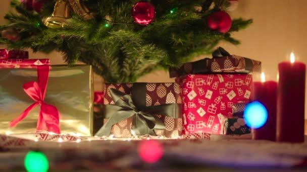 Panoramatický pohled z dárků pod vánoční stromeček dekorovaný