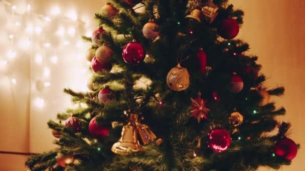Zdobené vánoční stromeček s osvětlením