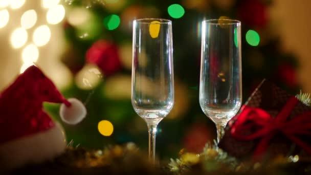 Két pohár töltő pezsgővel a karácsony