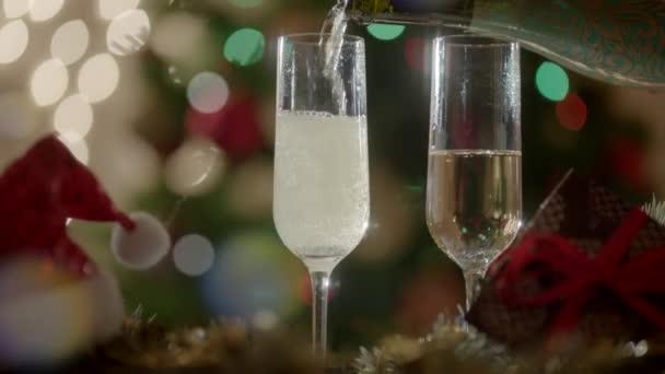 Dvě sklenice naplníte šampaňské na Novoroční večírek