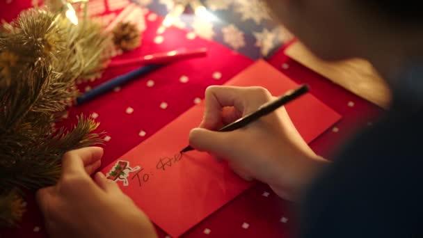 Helyezése egy karácsonyi levél a borítékot a Mikulás karácsony estéjén közelről