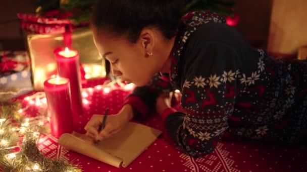 Dospívající dívka je lhaní a psát dopis Ježíškovi na Silvestra
