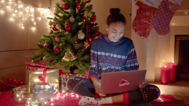 Fiatal nő gratulált online barátai használ laptop, Szilveszter este