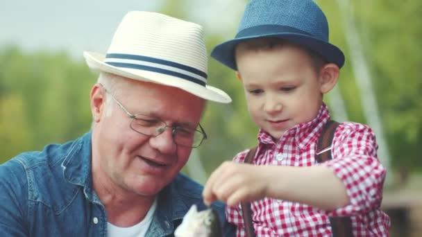 Kis horgász feltárása fogott halak édesvízi halászat a nagyapa