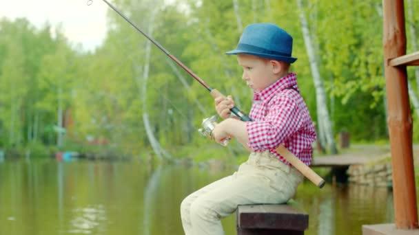 Kisfiú a tántorgó a spinning a Nyári szünidő a halászat