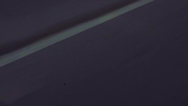 Stín z motocyklu a motorkář na silnici
