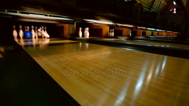 Bowlingové koule zaklepání všechny kolíky dolů. Stávka