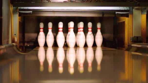 Černá bowlingové koule klepat čepy na bowlingové dráhy