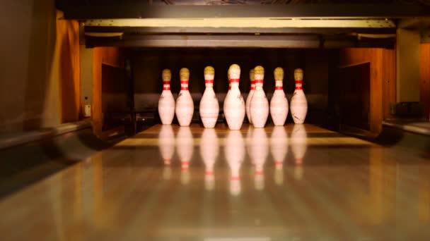Bowlingové koule klepat čepy na bowlingové dráhy