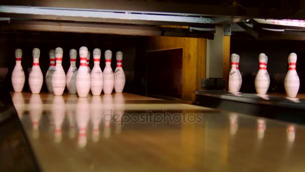 Bowlingové koule klepat čepy na bowlingové dráhy. Zpomalený pohyb