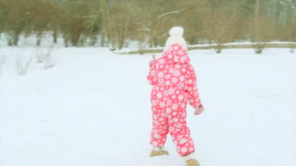 Kleiner Junge spielt mit seinem Großvater im Winterpark Schneebälle
