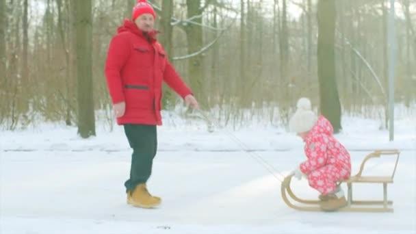 Kisfiú és a nagyapja, a séta a téli nap