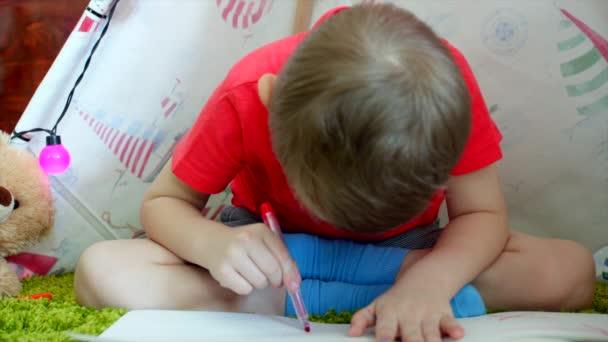 Kisfiú a rajz, a játszószobában