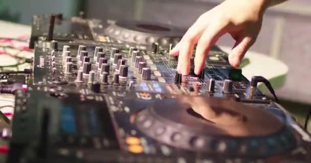 DJ keveri a pálya, diszkó, party