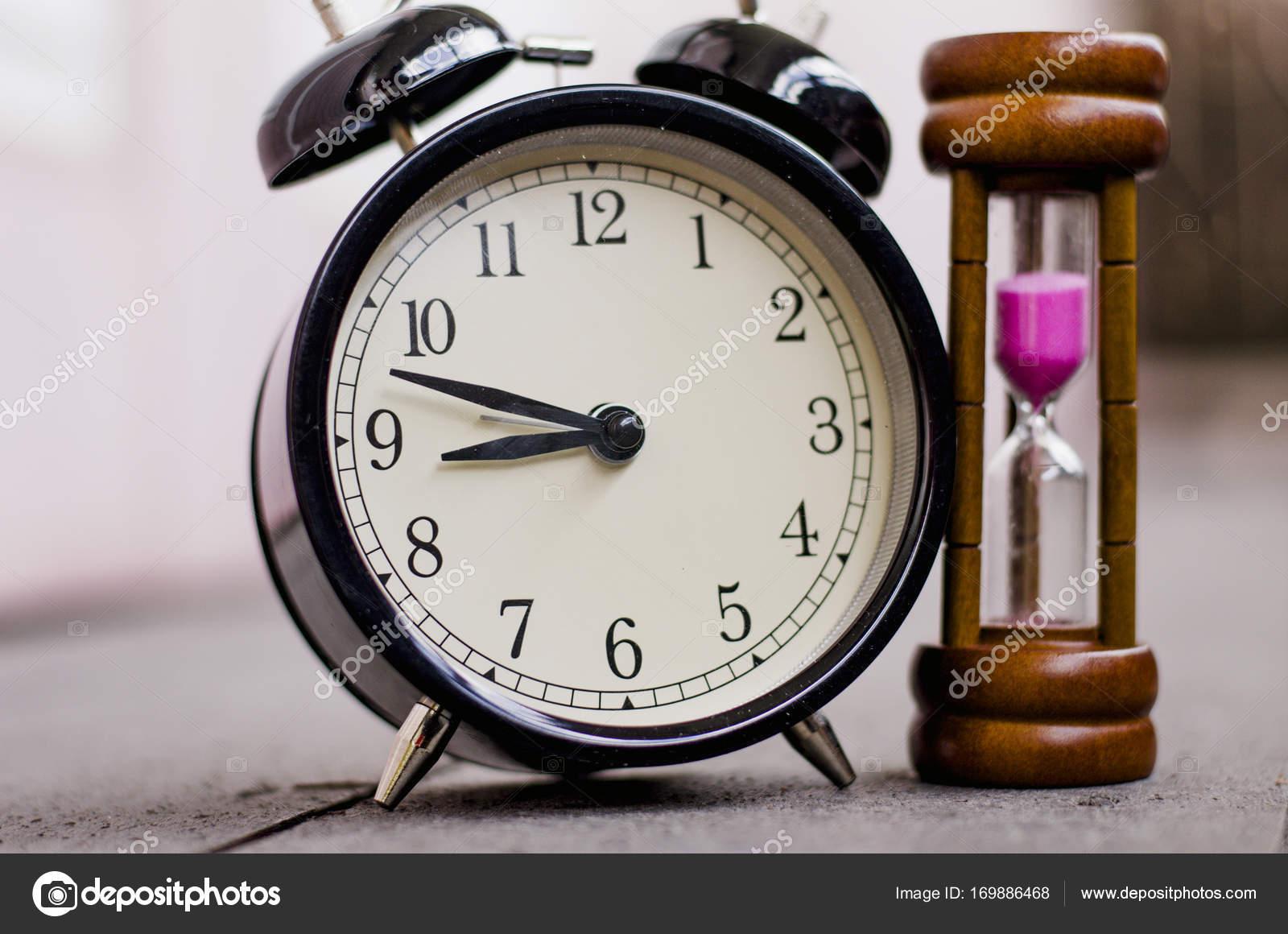 8d995d94073 Relógio e ampulheta ou areia-vidro para o conceito de história e de  gerenciamento de