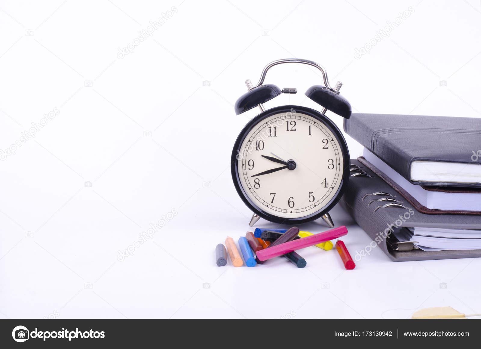 Stapel von Buch mit ticken Vintage Uhr, künstliche Blume Pflanze und ...