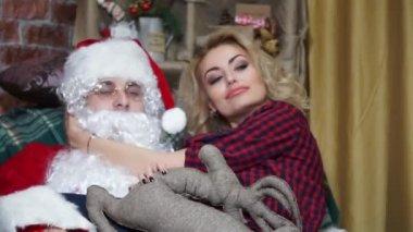 Detail dívky na klíně Santa