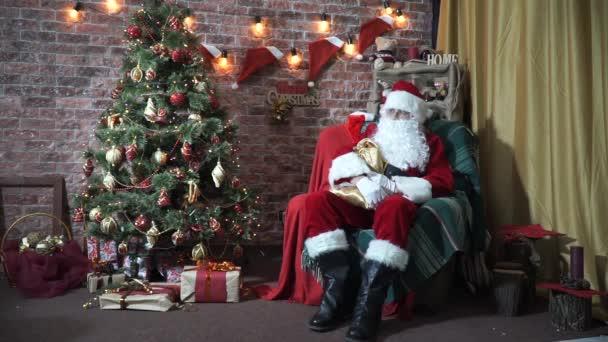 Babbo Natale Video Per Bambini.Babbo Natale Seduto Su Una Sedia Vicino Ad Un Albero Di Natale Incontra I Bambini Slow Motion