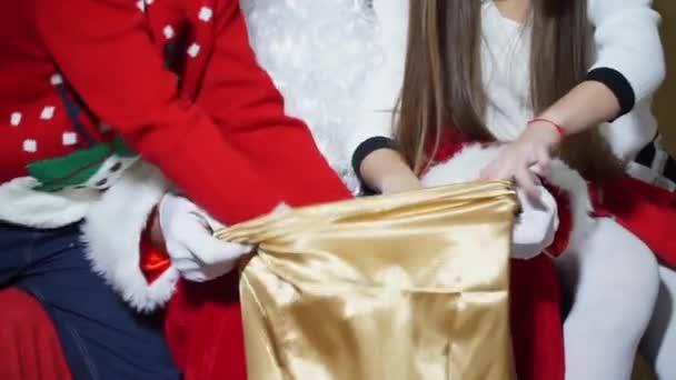 Detail chlapec a dívka vytáhla dárky od Santa Clause vaku