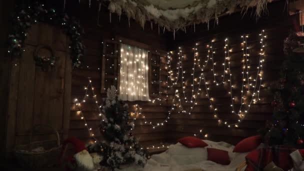 Rohový dřevěný dům krásně zdobené na Vánoce