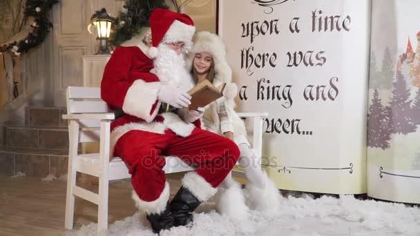 Santa mese olvasása kislány ül egy magic könyv