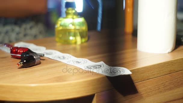 Detail tetování stroj a skica na stůl