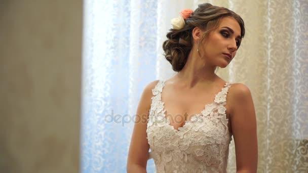 Detail elegantní nevěstu ve svatebních šatech