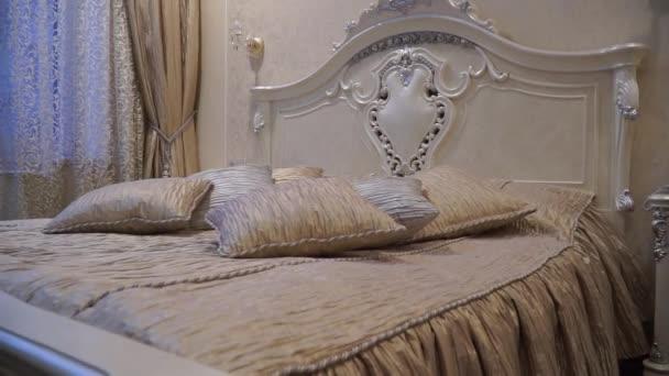 Großes Bett mit vielen Kissen