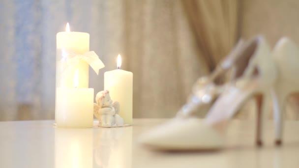 Bílé svatební boty nevěstu, slidecam