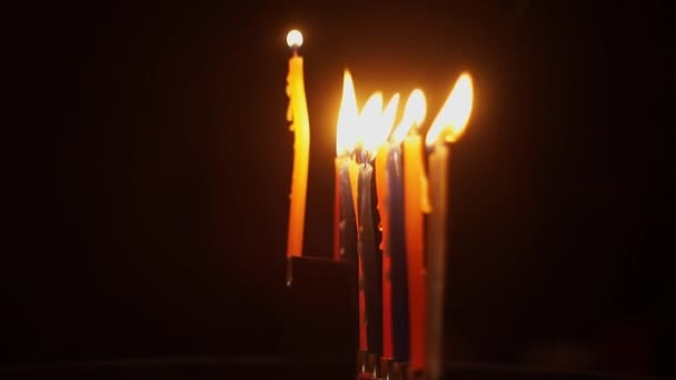 A kéz fények egy gyertyát egy ünnepi Hanuka