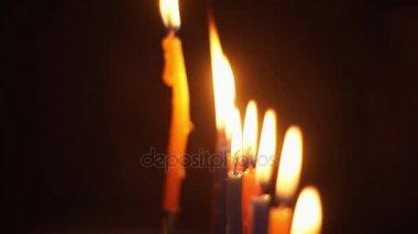 Közelkép a fények gyertyák remegni a sarkoknál körözött