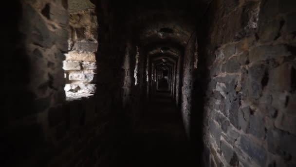 Pronikání ponuré staré tunelu