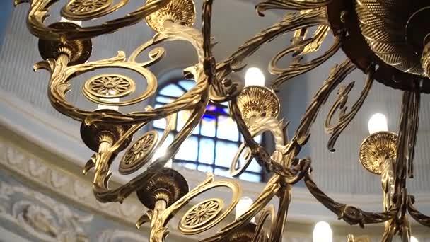 Lampadario Antico Ferro Battuto : Primo piano di un lampadario antico in ferro battuto nella cupola