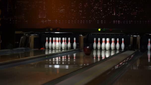 Bowlingové koule srazí kuželky