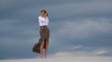 bc373f981b7abb Mooie vrouw lopen op zand in woestijn — Stockvideo