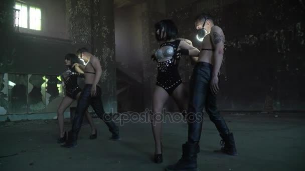 Skupina lidí, tanec ve dvojicích v opuštěné hale