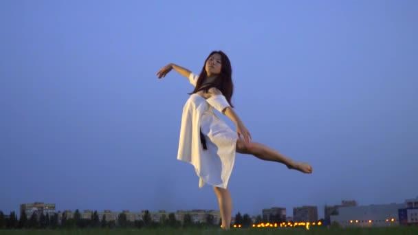 fefe048ee260 Štíhlé japonské ska baletka v bílých šatech
