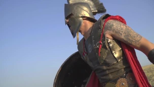 Un Puissant Guerrier Romain En Armure Avec Un Tatouage Sur Son Bras