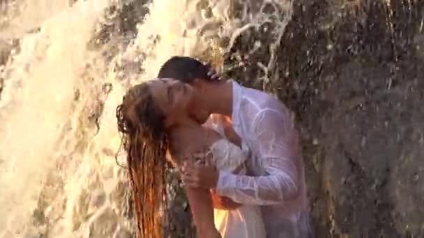 Мужчина целует видео, порно ролики