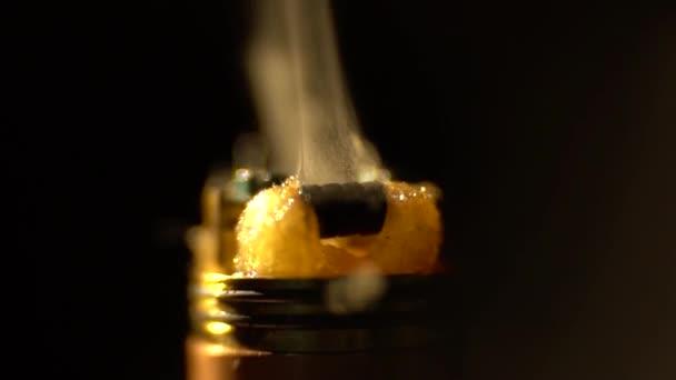 Výparník, atomizér elektronické cigarety v glycerinu uvolní obláček páry