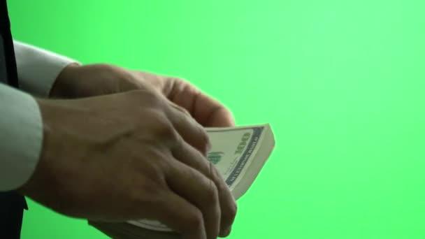 Na Chroma klíč podnikatel vybere sto dolarové bankovky ve svých rukou