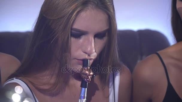 dvojitá dívka kouření