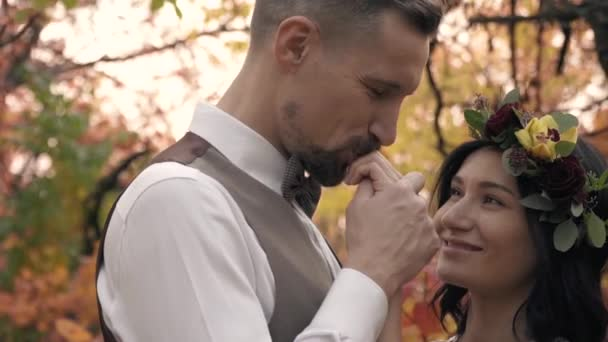Манда, мужчина целует видео