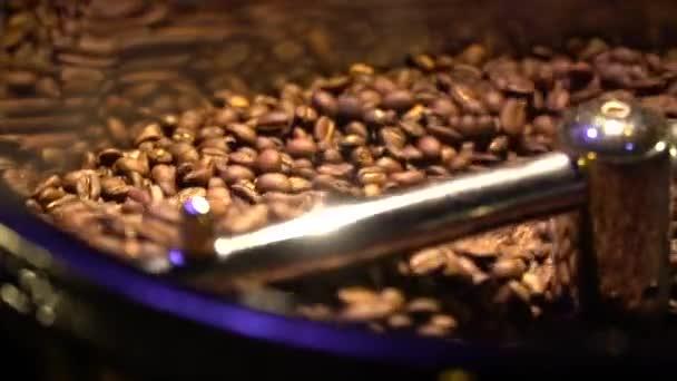 Nahaufnahme der Körner auf einen Kaffee rösten Maschine schießen
